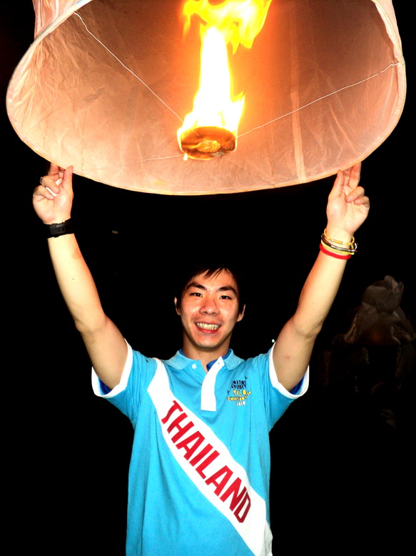 Khun Tal of the Thai National Team (TNT) launching his Kom on Loy Kratong